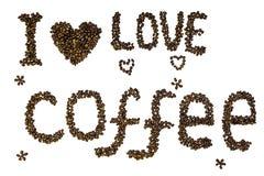Text & x22; Jag älskar coffee& x22; gjort av grillade isolerade kaffebönor på en vit bakgrund arkivbild