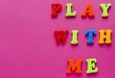 Text`-lek med mig ` på rosa bakgrund Arkivbilder