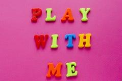 Text`-lek med mig ` på rosa bakgrund Royaltyfri Bild