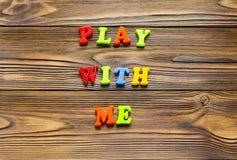 Text`-lek med mig ` på träbakgrund Royaltyfri Fotografi