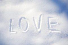 Text LIEBE auf dem Schnee Stockfoto