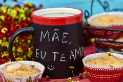 Text mae eu te amo, I love you mom in portuguese. The sentence mae eu te amo, I love you mom in portuguese handwritten with chalk in a black mug with coffee Stock Photo