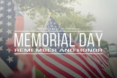 Text Memorial Day erinnern sich und ehren auf Reihe von Rasen Amerikaner Fla lizenzfreies stockfoto