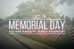 Text Memorial Day minns och hedrar på rad av gräsmattaamerikanen Fla royaltyfria foton