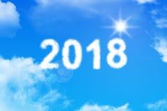 Text mit 2018 Wolken auf blauem Himmel mit Blendenfleckeffekt Stockbilder