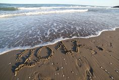 Text 2017 na praia e nas ondas do mar Fotografia de Stock