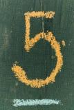 Text nummer fem på den svart tavlan Skriftlig handkrita för nummer fem ombord Royaltyfri Fotografi