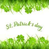Text o dia feliz do St Patricks com trevo de quatro folhas e grama verdes Foto de Stock Royalty Free