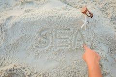 Text o MAR tirado em uma areia da praia imagens de stock royalty free