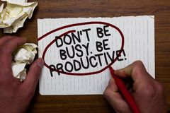 Text o sinal que mostra Don t para não ser ocupado Seja produtivo O trabalho conceptual da foto organiza eficientemente seu papel fotos de stock