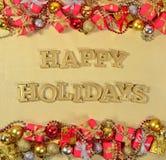 Text och julpynt för lyckliga ferier guld- Arkivbilder