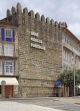 Text` Portugal var född här ` på väggen i Guimaraes royaltyfri bild