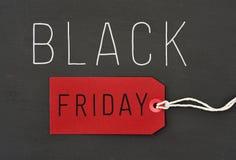 Text schwarzer Freitag gegen einen dunkelgrauen Hintergrund Lizenzfreie Stockfotografie
