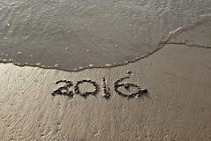 text som 2016 är skriftlig på sand Royaltyfria Bilder