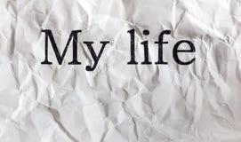Text som är skriftlig på skrynklig vitbok, mitt liv, meddelande, bokstav, bakgrund som är gammal, grunge, royaltyfria foton