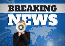Text und Frau der letzten Nachrichten, die im Megaphon vor Weltkarte schreien Lizenzfreies Stockbild