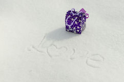 Text und Geschenke auf Schnee lizenzfreie stockfotografie