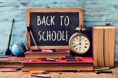 Text zurück zu der Schule geschrieben auf eine Tafel Lizenzfreie Stockfotos