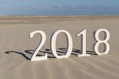Text zwei tausend achtzehn auf einem Strand Stockbild