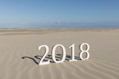 Text zwei tausend achtzehn auf einem Strand Stockfotografie