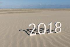 Text zwei tausend achtzehn auf einem Strand Stockbilder