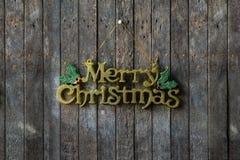 Textdesign der frohen Weihnachten auf der hölzernen Wand Stockbilder