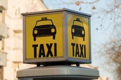 Texte écrit de station jaune de taxi images stock
