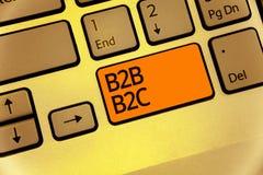 Texte B2B B2C d'écriture de Word Concept d'affaires pour deux types pour envoyer des emails à l'autre clé d'orange de clavier de  Photographie stock