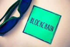 Texte Blockchain d'écriture de Word Concept d'affaires pour le bei de Livre vert de disque de technologie de données numériques d photos stock