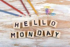 Texte : Bonjour lundi de letterson en bois sur le fond en bois Photographie stock