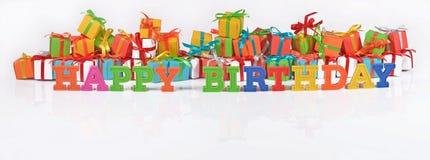 Texte coloré de joyeux anniversaire sur le fond des cadeaux Image libre de droits