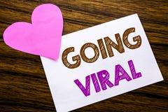 Texte conceptuel d'écriture de main montrant aller viral Concept pour des affaires virales sociales écrites sur le papier de note Photos libres de droits