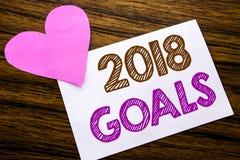 Texte conceptuel d'écriture de main montrant 2018 buts Concept pour de nouvelles résolutions de YER écrites sur le papier de note Image libre de droits