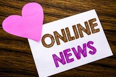 Texte conceptuel d'écriture de main montrant des actualités en ligne Concept pour l'article de journal en ligne écrit sur le papi Photos libres de droits