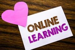Texte conceptuel d'écriture de main montrant en ligne l'étude Concept pour la formation d'apprentissage en ligne écrite sur le pa Images stock