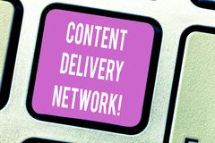 Texte Content Delivery Network d'écriture Le concept signifiant géographiquement a dispersé le réseau du clavier de proxy server images stock