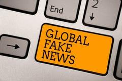 Texte d'écriture écrivant de fausses actualités globales Concept signifiant le compu de dactylographie de travail de l'informatio images libres de droits