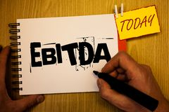 Texte d'écriture écrivant Ebitda Les revenus de signification de concept avant homme d'abréviation d'amortissement de dépréciatio images stock