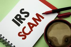 Texte d'écriture écrivant IRS Scam Signification de concept avertissant le plan d'alerte de revenu d'argent de Spam de Pishing d' Images stock