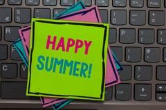 Texte d'écriture écrivant l'été heureux La signification de concept échoue la clé chaude de rappels de Sunny Season Solstice Pape images libres de droits