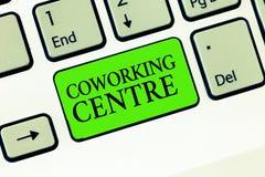 Texte d'écriture écrivant le centre de Coworking La signification de concept a partagé le bureau de lieu de travail souvent et l' photographie stock