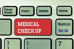 Texte d'écriture écrivant le chèque médical  Concept signifiant l'examen physique complet pour examiner l'état de santé photo stock