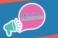 Texte d'écriture écrivant le marketing créatif Signification de concept faisant campagne pour répondre aux exigences de la public illustration stock