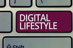 Texte d'écriture écrivant le mode de vie de Digital Signification de concept fonctionnant au-dessus du monde d'Internet des occas photos stock
