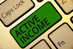 Texte d'écriture écrivant le revenu actif Le concept signifiant des redevances rémunère le clavier d'astuces d'investissements de image stock
