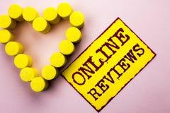 Texte d'écriture écrivant les commentaires en ligne Satisfaction d'avis de notation client d'évaluations d'Internet de significat photos libres de droits