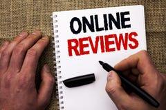 Texte d'écriture écrivant les commentaires en ligne Satisfaction d'avis de notation client d'évaluations d'Internet de significat photographie stock