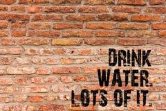 Texte d'écriture écrivant un bon nombre de l'eau de boissons de lui Liquides potables de signification de concept pour maintenir  photographie stock