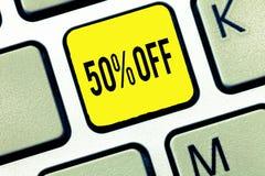 Texte d'écriture amortissant 50 Remise de signification de concept de cinquante pour cent au-dessus du dégagement de vente de pro images libres de droits