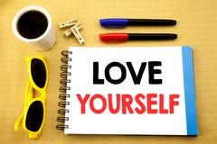 Texte d'écriture montrant l'amour vous-même Le concept d'affaires pour le slogan positif pour vous écrit sur la note collante ave Photographie stock libre de droits